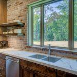 台所シンクの床から水漏れ。修理方法どうしたらいい?